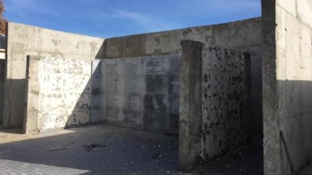 La Plataforma en Defensa del Memorial del Cementerio del Este reparte un comunicado en la COP25