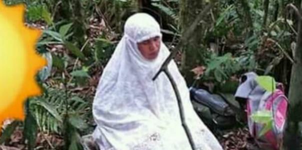 Anaknya Hilang di Hutan, Ibu ini Sholat dan Panjatkan Doa di Dalam Hutan Agar Anaknya Cepat Ditemukan