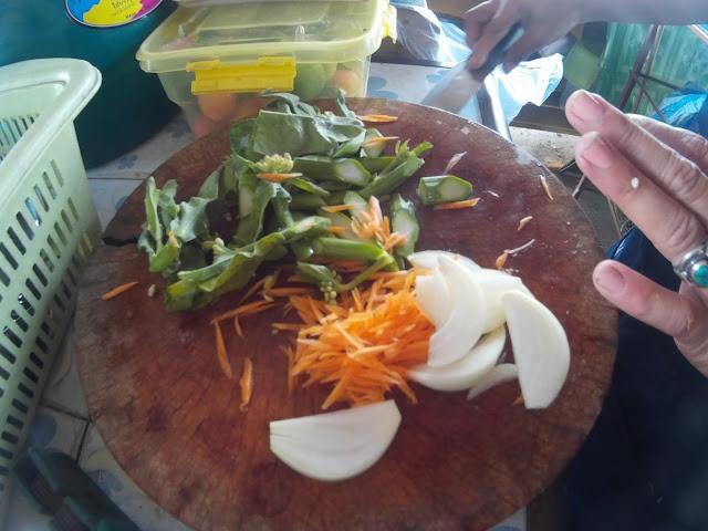 ผักต่างๆ ข้าวผัดปู