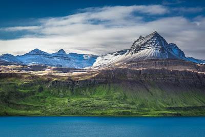 Paisaje con montañas nevadas y el fiordo en a parte inferior cerca de Egilsstaðir