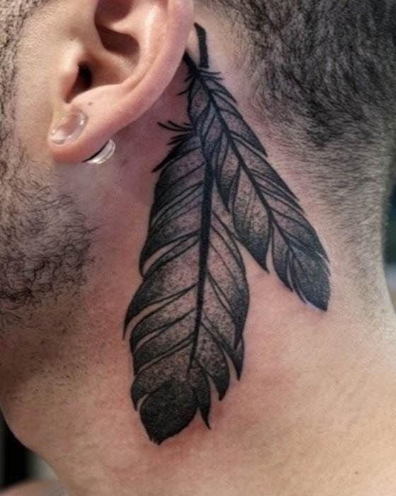 tatuaje de plumas oreja hombre