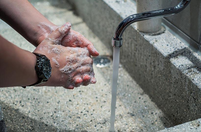 lavar as mãos é uma das principais ações para conter o vírus. Coronavírus no mundo e o impacto no turismo. Foto: Pixabay