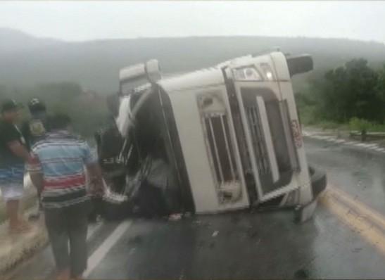 Caminhão tomba e motorista morre após cair de ponte no Cariri