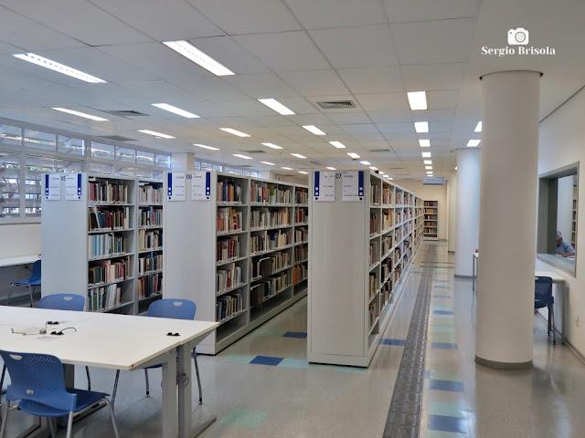Vista ampla do interior da Biblioteca da Faculdade de Educação da USP - Butantã - São Paulo