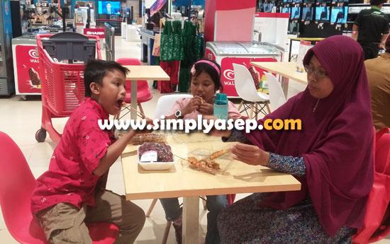 MY FAMILY :  Asyiknya kedua anak anak saya menikmati aneka Jajanan Seafood di FOOD COURT Transmart Carrefour didampingi nundanya (28/10).   Foto Asep Haryono