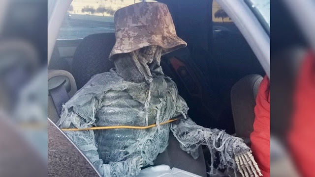 Un conductor viaja con un esqueleto falso como acompañante para usar un carril preferencial