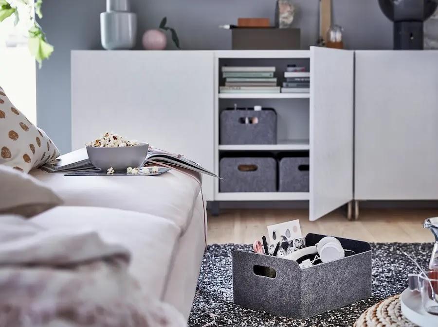 Orden en el salón junto al sofá y dentro de los armarios gracias a las cajas