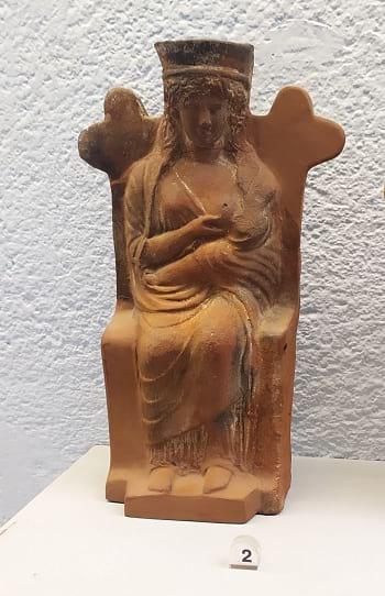 Estatuilla religiosa de la diosa Hera amamantando Paestum