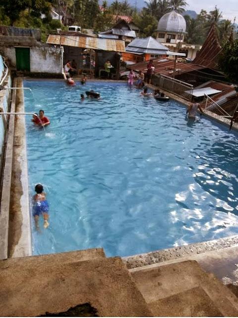 suasana di kolam pemandian air panas bukik gadang