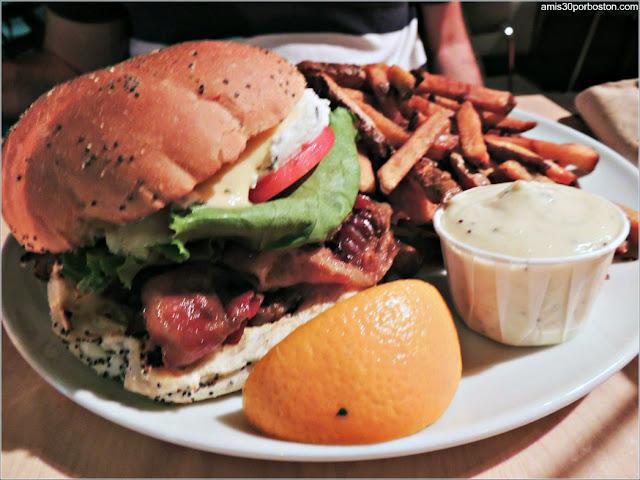 Hamburguesa Le Montagnard en el Chez Victor de la Ciudad de Quebec