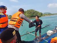 Bagikan Sembako, Kapolres Lamsel Singgahi Nelayan di Tengah Laut