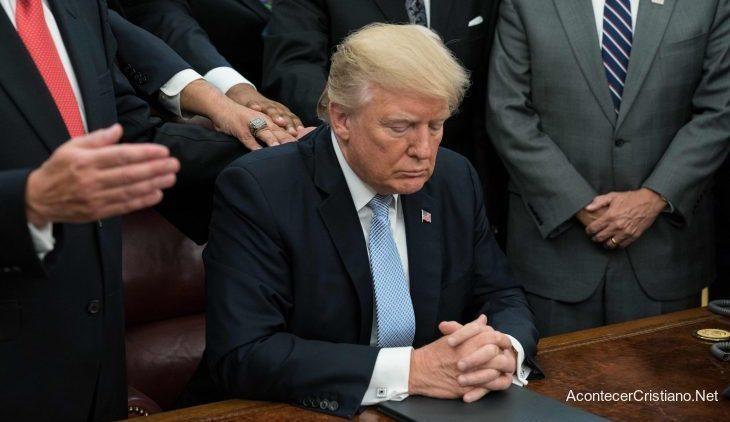 Donald Trump orando