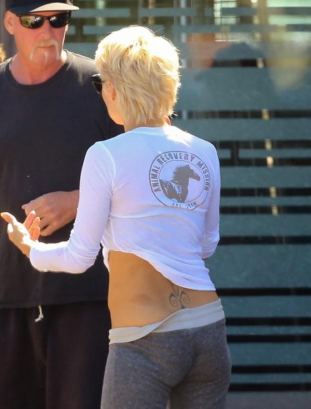 A atriz Pamela Anderson exibe tatuagem secreta