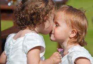 Las pequeñas Ann y Betsey se saludan al estilo maorí, frontando sus naricillas