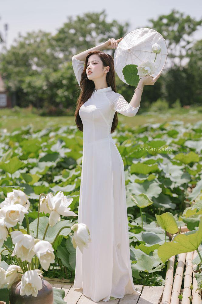 Ngắm bộ ảnh hoa khôi ĐH Ngoại Thương Thúy Đoàn bên đầm sen trắng 9