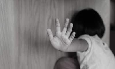 فظيع …ام وعشيقها متورطان في قضية تعذيب وكي طفلة صغيرة