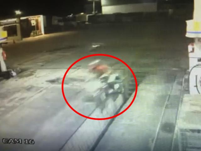 Câmera de segurança flagra acidente de motoboy após fugir de tentativa de assalto, na PB