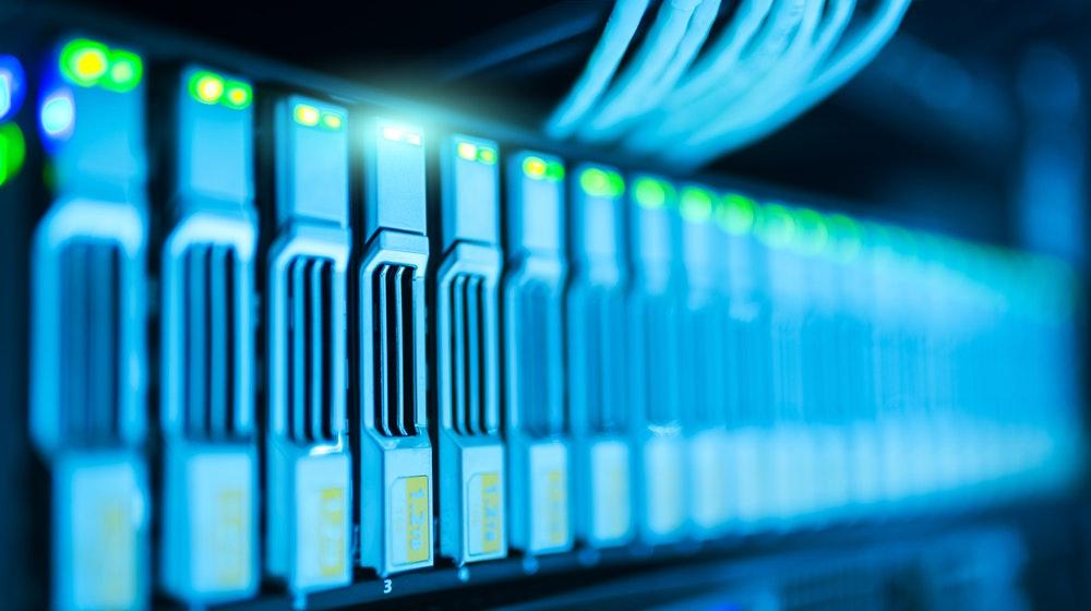 صورة لخادم ويب استضافة حقيقي يستضيف مواقع الإنترنت وقواعد البيانات