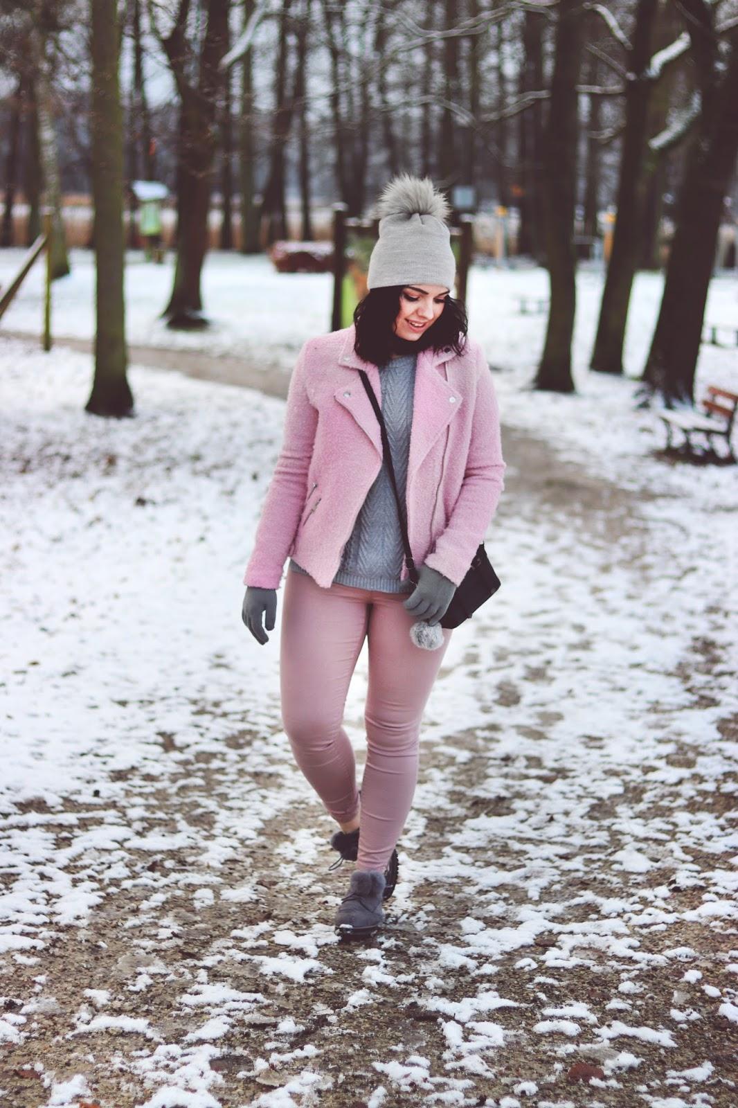 różowa kurtka ramoneska, szara czapka z pomponem, różowy płaszcz, buty deezee, deezee z pomponami