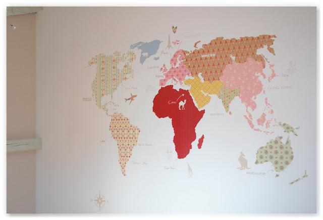 poster géant mappemonde multicolore combles blanc et beige rosé à paillettes