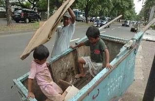 Terjadi Di Jakarta !!!, Ayah Menggendong Mayat Anaknya Dari RSCM Ke Bogor Karena Tak Mampu Bayar Ambulan !!