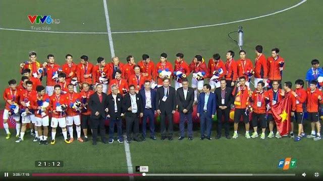 """Các quan chức mặc vest đen đứng đầu nhận huy chương """"ké"""" đội tuyển Việt Nam là ai?"""