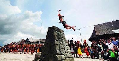 tradisi hombo batu atau lompat batu nias
