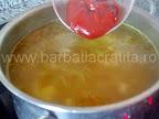 Ciorba de cartofi preparare reteta - punem pasta de tomate