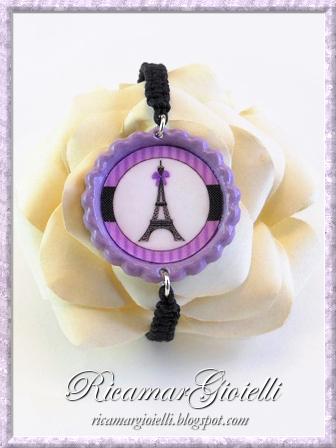 Bracciale ed orecchini con torre Eiffel realizzati con i tappi di bottiglia