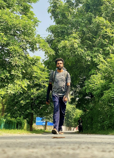 It has been a few days now that TravellingCamera has been following the spontaneous and unscripted journey of an Indian Blogger, who has made it his mission to cover the distance from Sunder Nagar in Himachal Pradesh to Kanya Kumari in Tamil Nadu, all on foot. Hitesh Kumar aka Him Stroller (https://www.instagram.com/him_stroller/) set out from his home almost on whim, searching for the meaning of life. In his vlogs, he has mentioned that some trauma in his life was the reason why he decided to embark on this journey, though he did not go into the details. So may be this journey will be the coming-of-age journey for this young man.