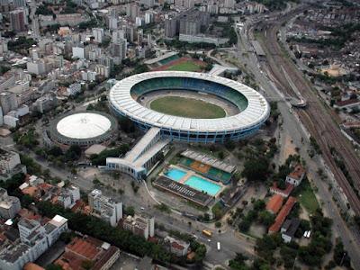A foto mostra o estádio de futebol o Macanã esse é o maior estádio do Brasil localizado no Rio de janeiro.