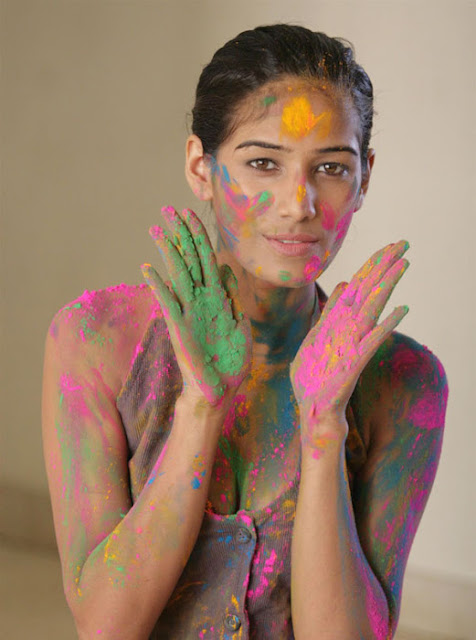 Bollywood Indian model Poonam Pandey s spicy Holi Pictures