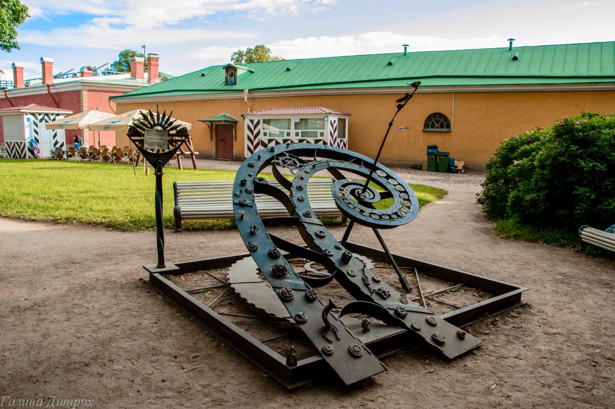 Солнечные часы в Петропавловской крепости фото