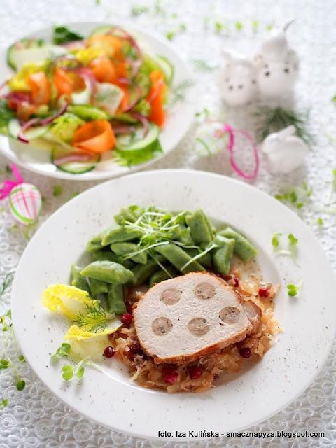 domowe jedzenie, wielkanocny obiad, swiateczny obiad, rodzina przy stole, wieprzowina pieczona z kapusta