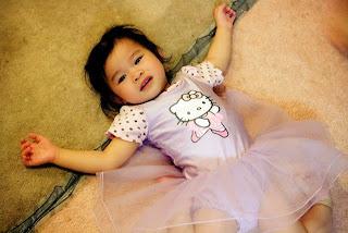 Foto bayi pakai baju hello kitty pink lucu