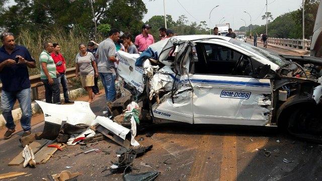 Táxi fica totalmente destruído após colisão com carreta na BR 364