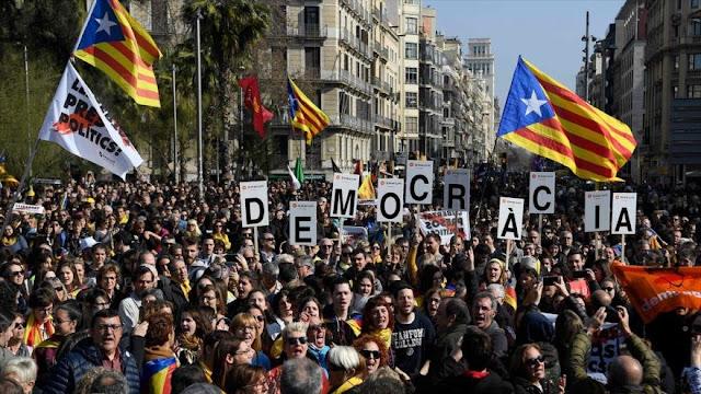 Miles protestan en Cataluña contra juicio a líderes independistas