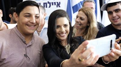 Ayelet Shaked uma mulher secular que domina o campo religioso de direita em Israel