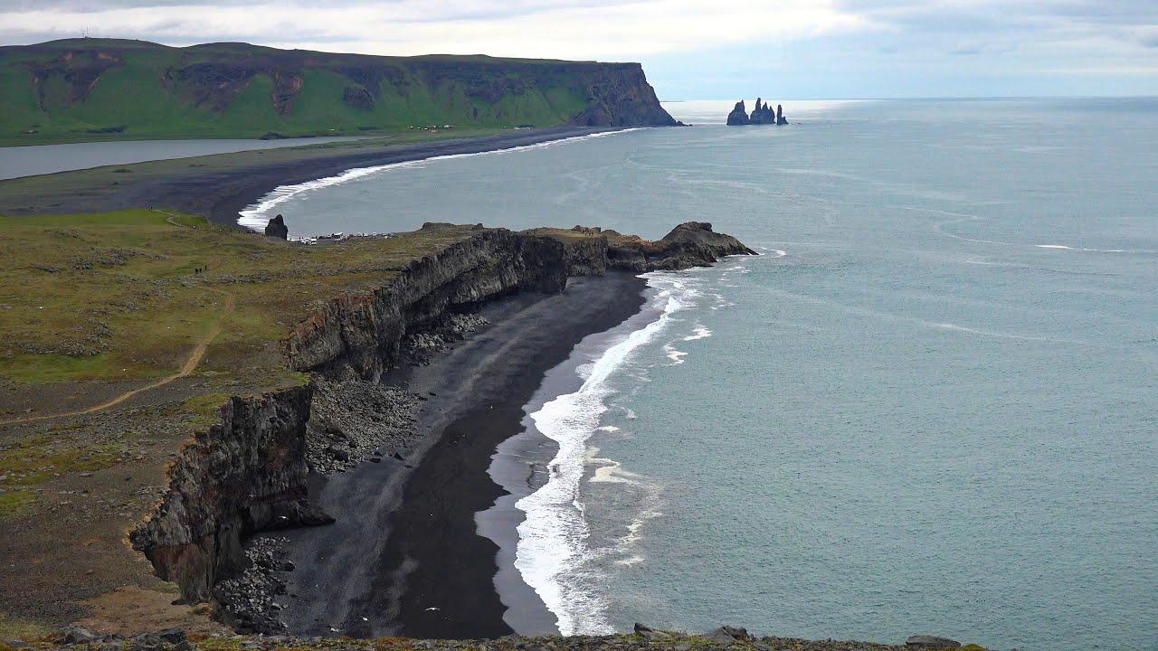 Вид черного пляжа Рейнисфьяра в Исландии