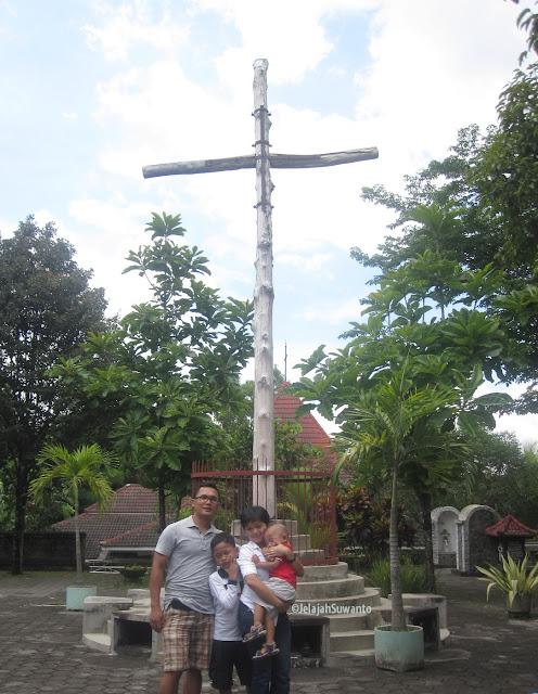 Salib Suci Gunung Sempu Tamantirto Kasihan Bantul  2012 ©JelajahSuwanto