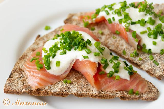 Хлебцы с копченым лососем и хреном