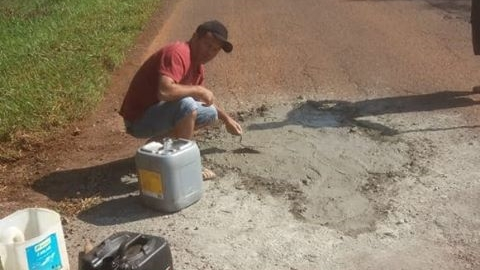 Cansados com a situação da estrada, população coloca cimento nos buracos!