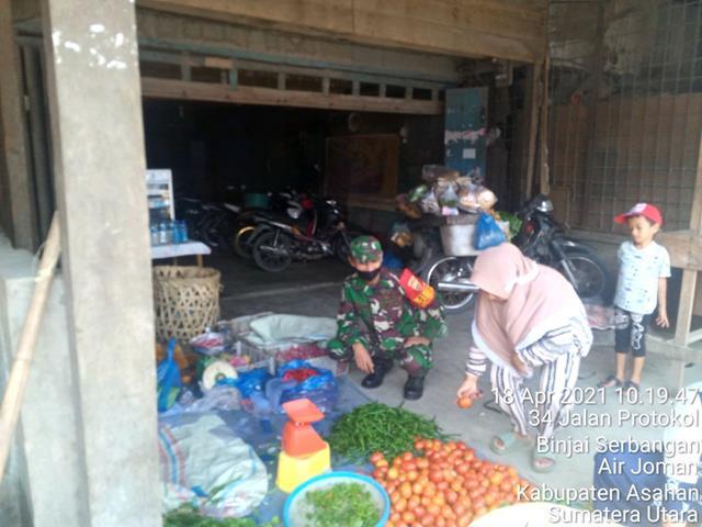 Bersama Dengan Pedagang Personel Jajaran Kodim 0208/Asahan Laksanakan Komsos