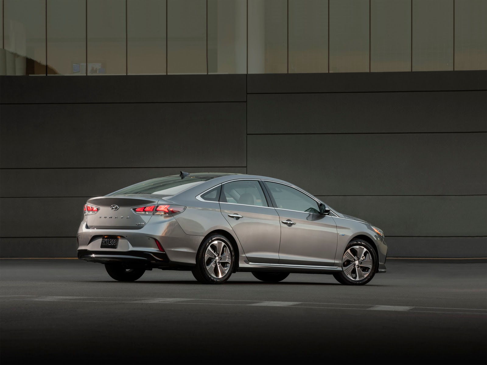 Hybrid Hyundai Sonata 2018 </figcaption> </figure> <p> &quot;Hybrids&quot; Hybrid Hyundai Sonata 2018 &quot;width =&quot; 696 &quot;height =&quot; 522 &quot;data-recalc-dims =&quot; 1 &quot; &quot;Also acquired new, more rigid stabilizers of lateral stability, retuned steering controls and levers of a rear suspension of greater durability. </p> <p> The list of novelty equipment includes an emergency braking system and a tracking function for the number of movements. The models also received a modified multimedia system that can inform drivers in real time about traffic jams. </p> <figure style=