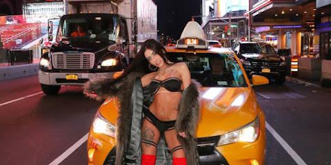 Funkeira Mc Mirella posa de lingerie na Times Square, em Nova York