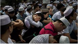 Anak muslim Xinjiang dengan keluarganya