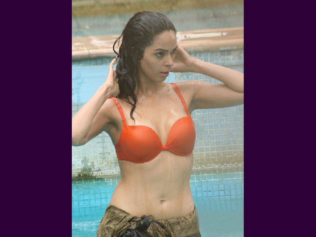 Hot In Water : Hot photos south indian actress in wet water