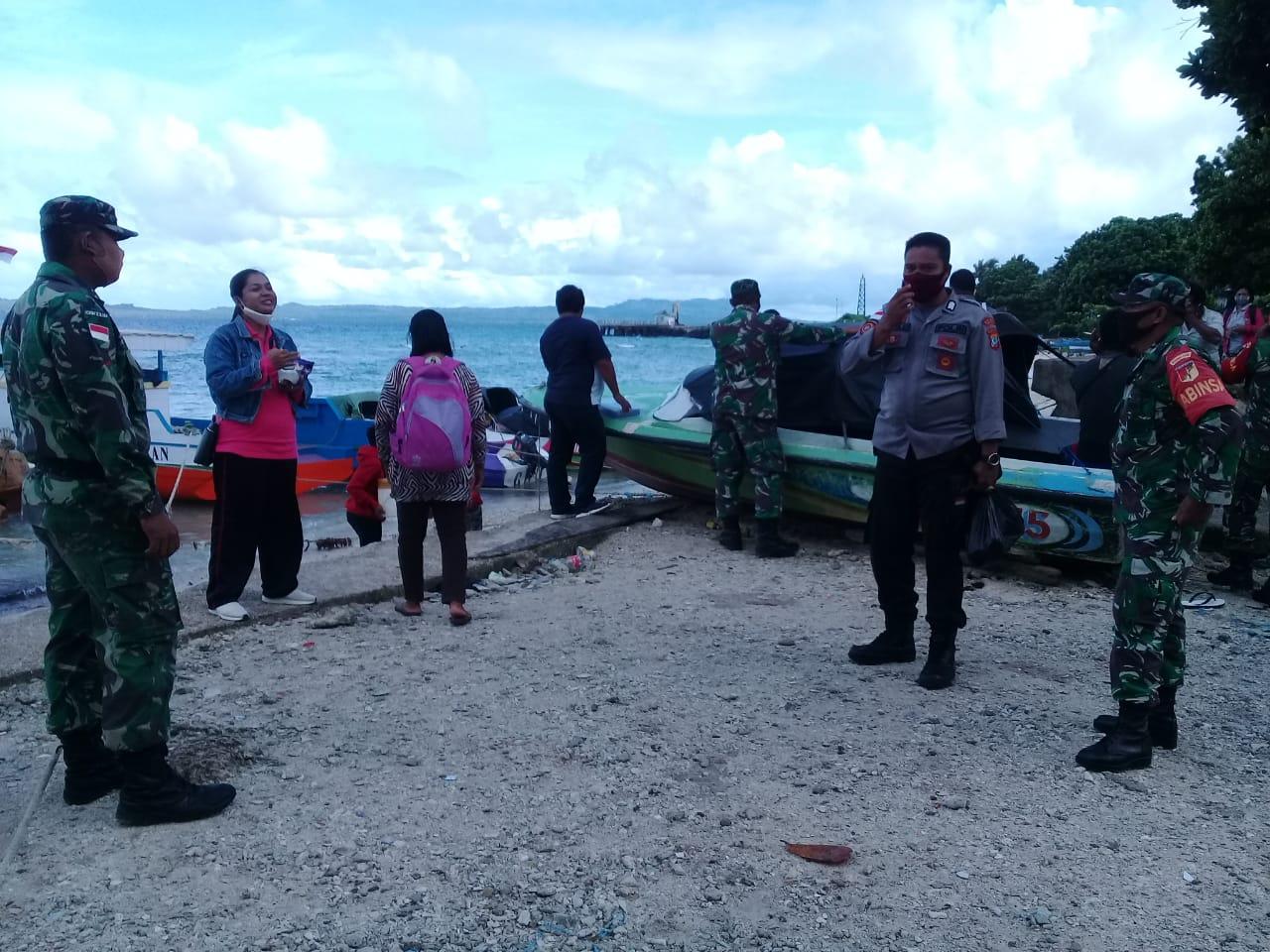 TNI-POLRI BERSAMA GUGUS TUGAS KECAMATAN KABARUAN MEMANTAU PELAKU PERJALANAN DI PELABUHAN TRADISIONAL DESA MANGARAN