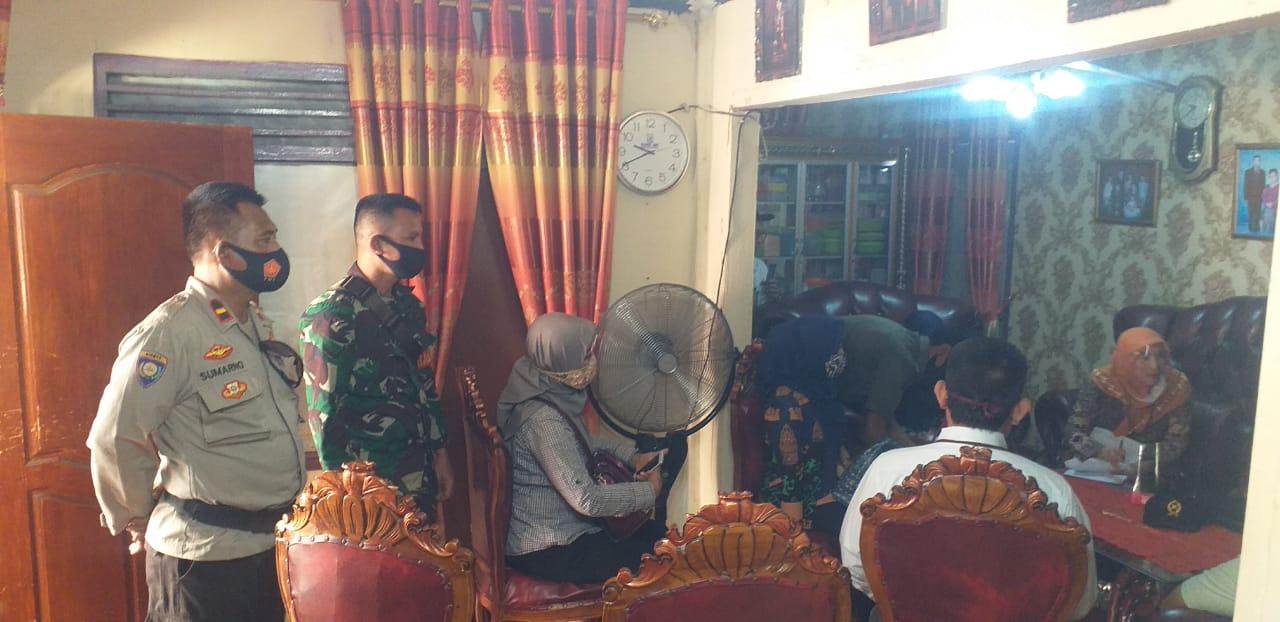 Babinsa Korami 410-01/Panjang Kodim 0410/KBL Serda Sepri Mulyadi memonitor kegiatan pemeriksaan sidang ditempat dalam perkara gugatan terkait pembagian harta gono-gini