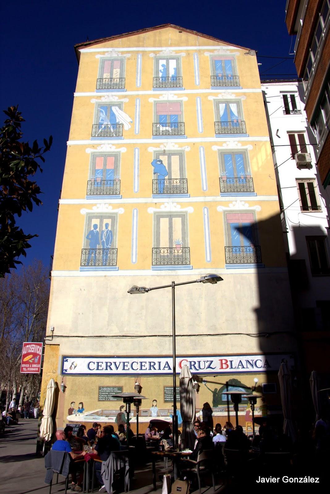 Trampantojo. Mural. Calle Hortaleza. Casa simulada. Cervecería Cruz Blanca